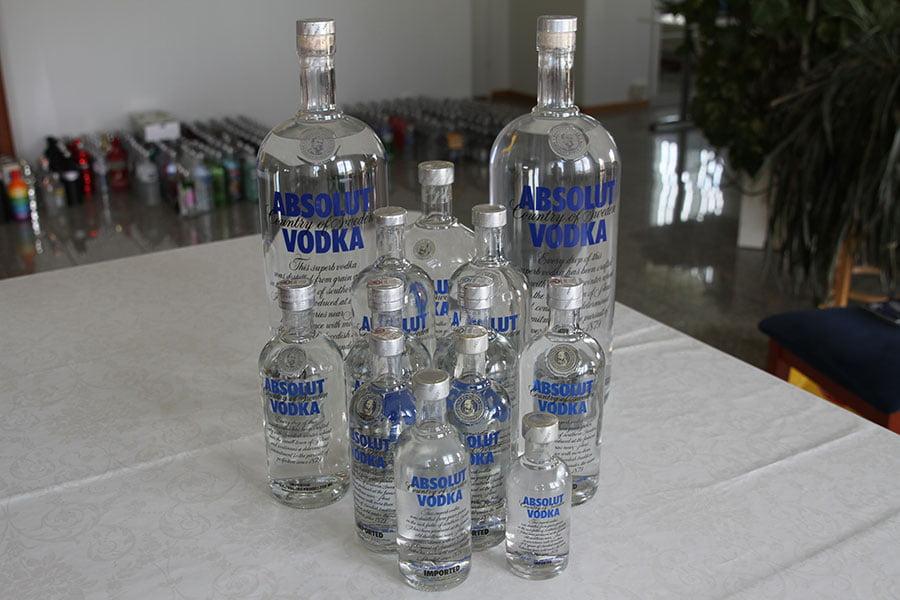 Absolut blå 2 x 4,5 liter & 1 x 1,75 liter & 2 x 1 liter & 4 x 0,7 liter & 2 x 0,5 liter & 1 x 0,375 liter & 1 x 0,2 liter