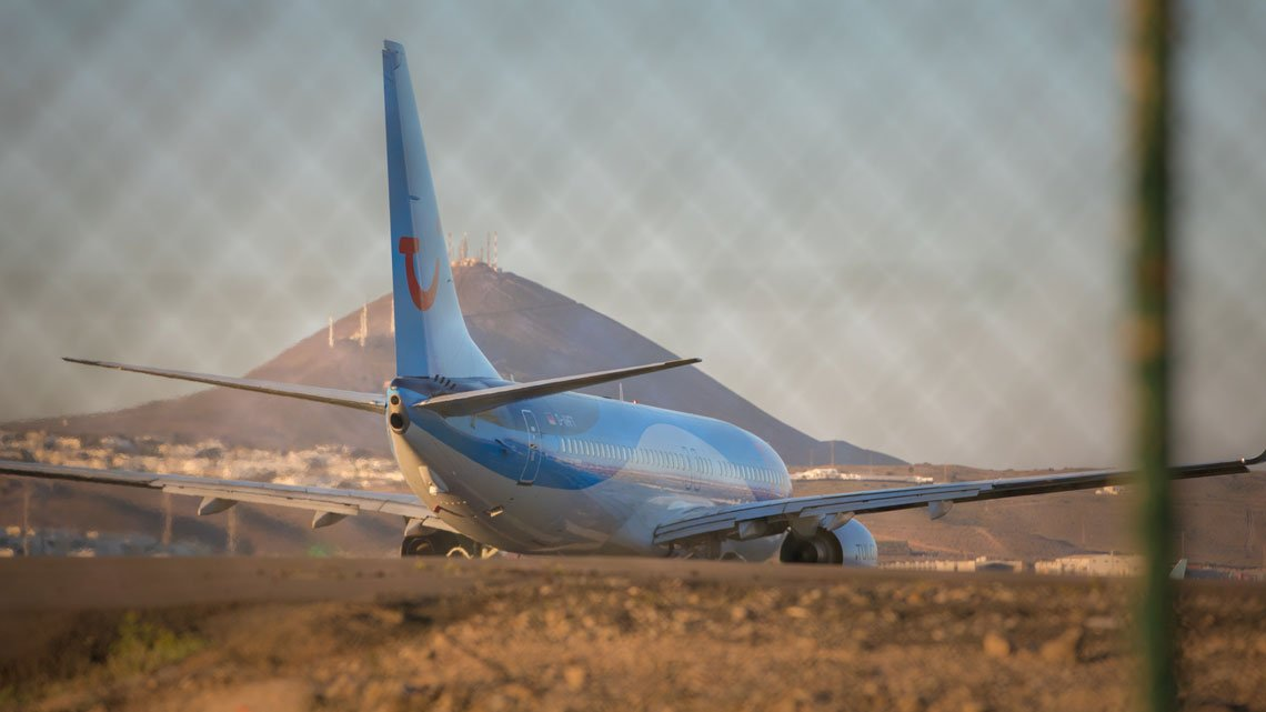 Watching airplanes land – Things to do in Lanzarote