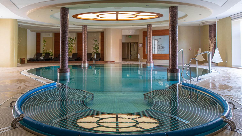The pool at Palac Mierzecin